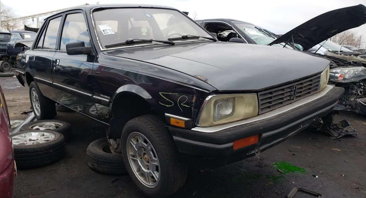 На свалке нашли редкий седан Peugeot 505 Turbo 1985 года выпуска 1
