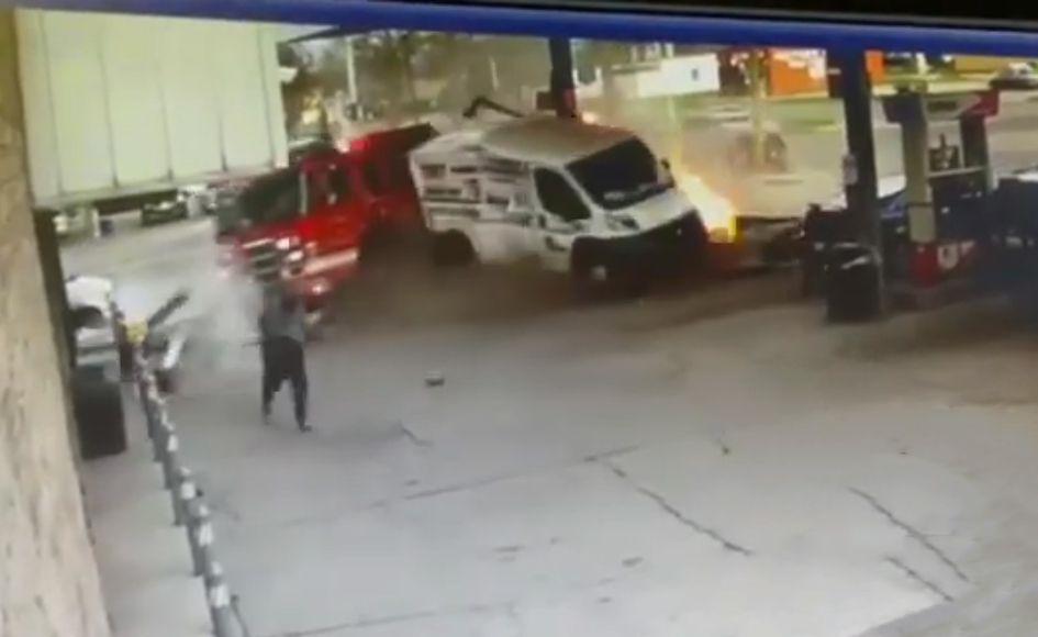 Пожарная машина попала в ДТП и подожгла АЗС (видео) 1