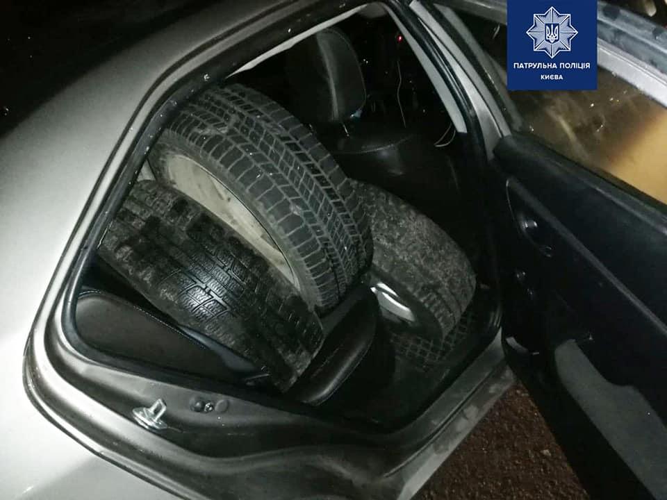 Полиция задержала вора, который воровал автомобильные покрышки в Киеве 3