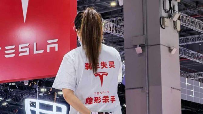 «Отказ тормозов»: на Шанхайском автосалоне женщина устроила разборки с Tesla  3