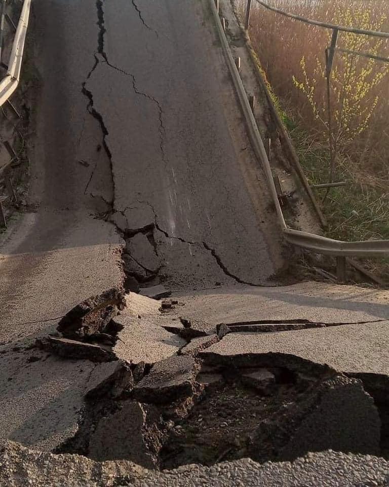 Во Львовской области обвалился мост: фото, видео, схема объезда 3