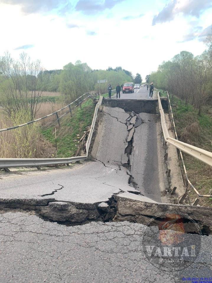 Во Львовской области обвалился мост: фото, видео, схема объезда 1