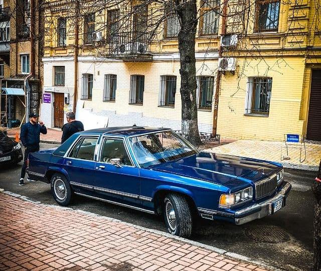 В Украине заметили стильное винтажное авто из 80-х 1