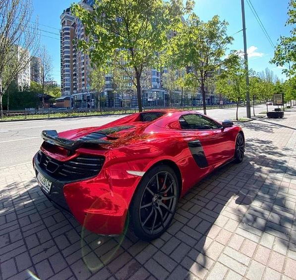 В Украине заметили яркий и мощный суперкар McLaren 2