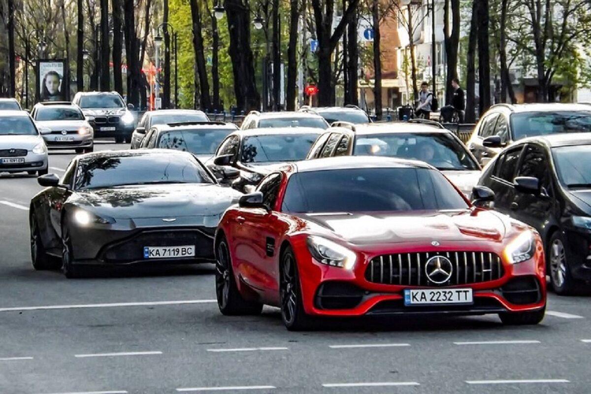 В Украине заметили крутой кортеж на суперкарах 1