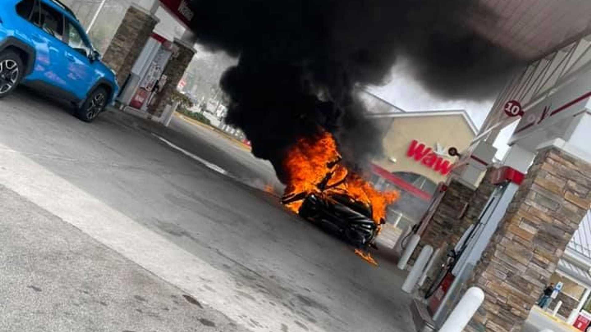 Лимитириванный суперкар McLaren выгорел дотла на АЗС - эффектные фото 1