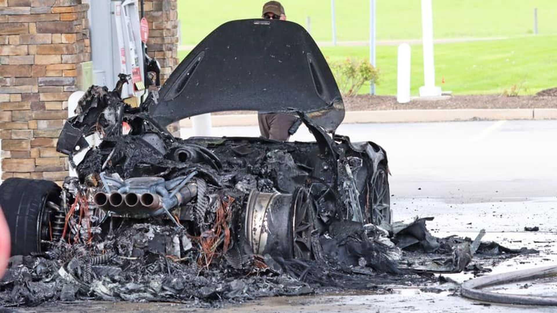 Лимитириванный суперкар McLaren выгорел дотла на АЗС - эффектные фото 2