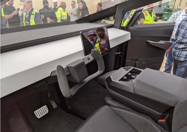 В сети показали салон Tesla Cybertruck, на котором Илон Маск приехал на завод в Техасе 1