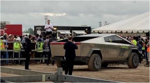 В сети показали салон Tesla Cybertruck, на котором Илон Маск приехал на завод в Техасе 2