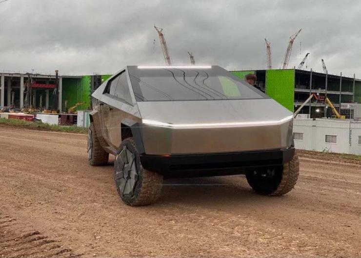 В сети показали салон Tesla Cybertruck, на котором Илон Маск приехал на завод в Техасе 3