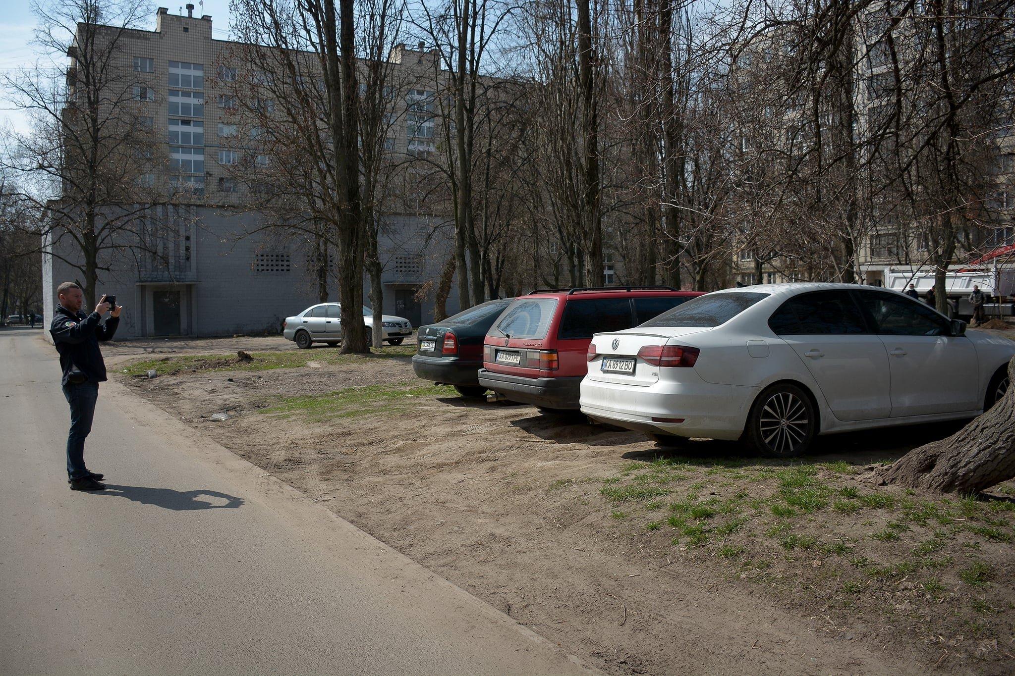В Украине начали штрафовать за парковку во дворах 2