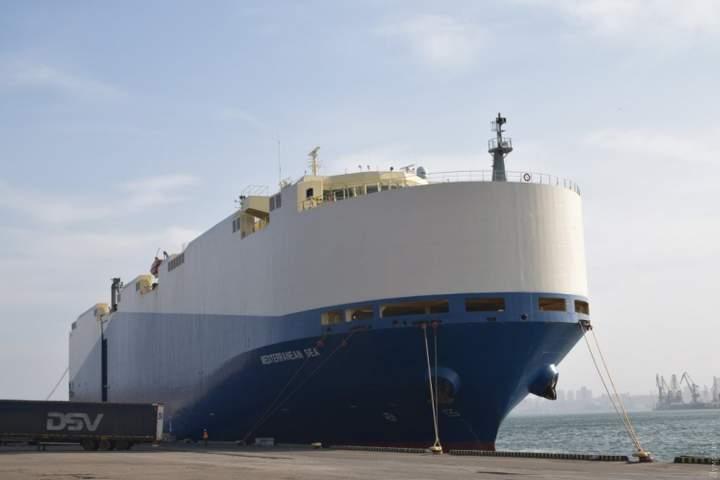 В Черноморский порт прибыл огромный автомобилевоз: привез 2770 единиц автомобильной техники и двоих нелегалов 1