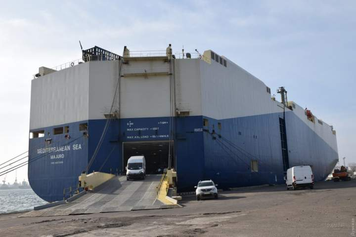 В Черноморский порт прибыл огромный автомобилевоз: привез 2770 единиц автомобильной техники и двоих нелегалов 2