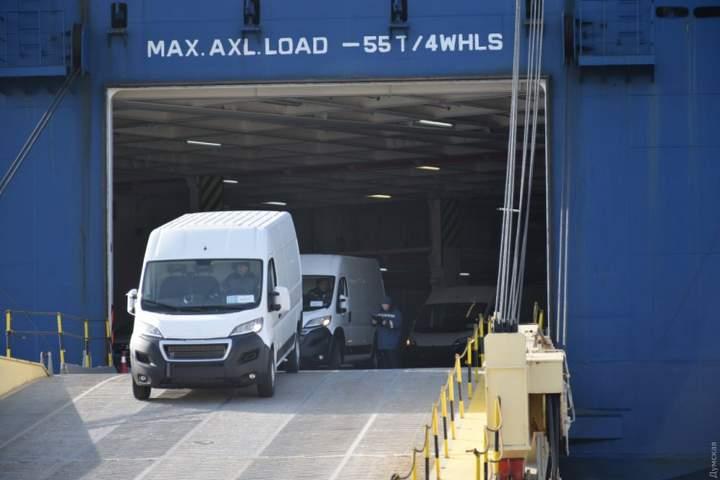 В Черноморский порт прибыл огромный автомобилевоз: привез 2770 единиц автомобильной техники и двоих нелегалов 3