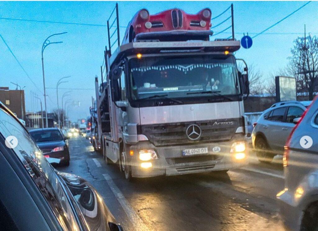 В Украине заметили автовоз с ретро машинами на несколько миллионов долларов 2