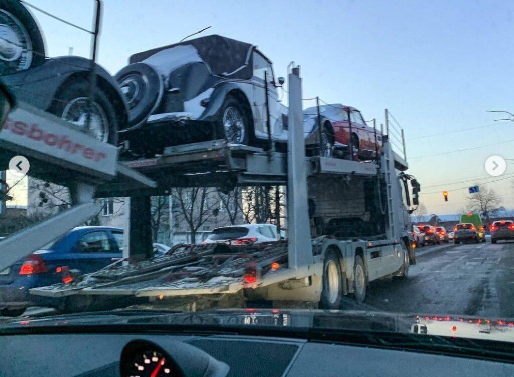 В Украине заметили автовоз с ретро машинами на несколько миллионов долларов 3