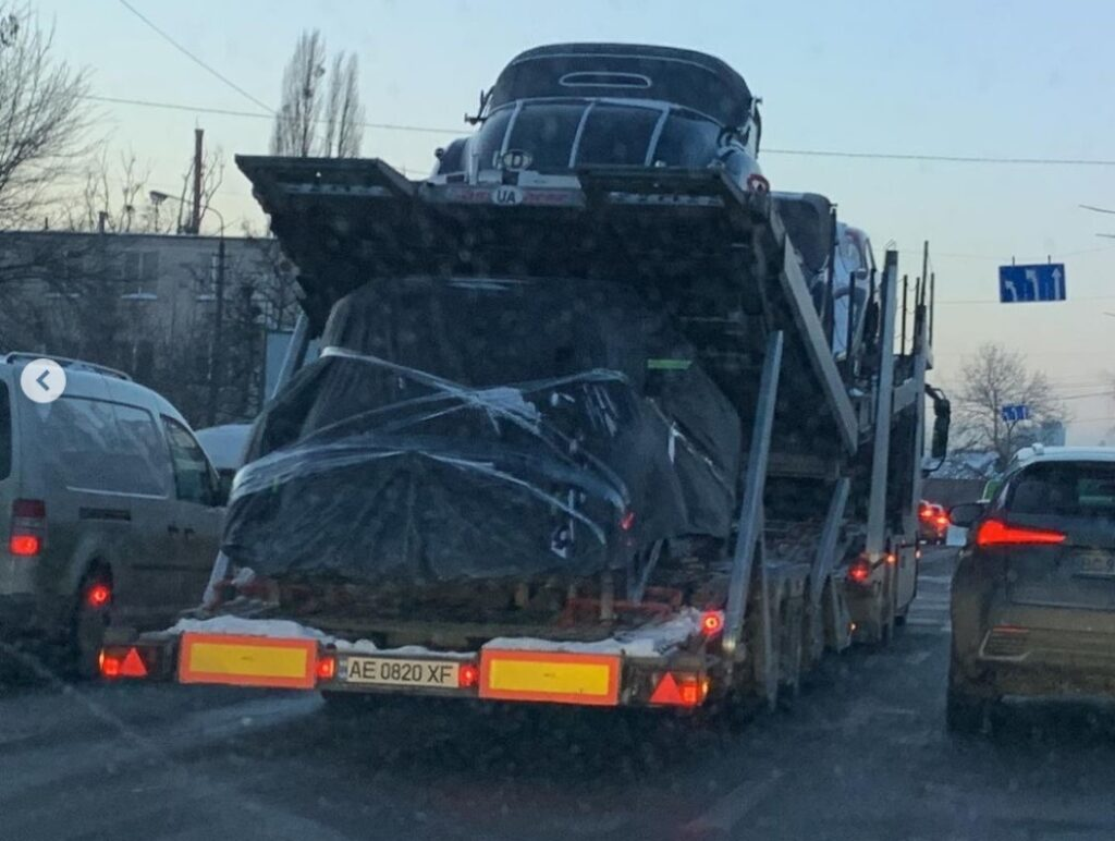 В Украине заметили автовоз с ретро машинами на несколько миллионов долларов 4
