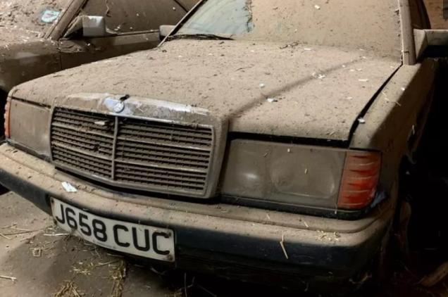 Забытые автомобили Mercedes обнаружили в старом курятнике: плачевный вид 3