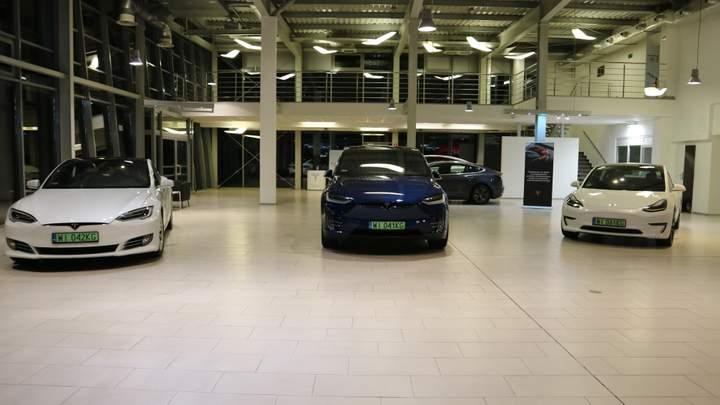 Tesla открыла автосалон вблизи Украины