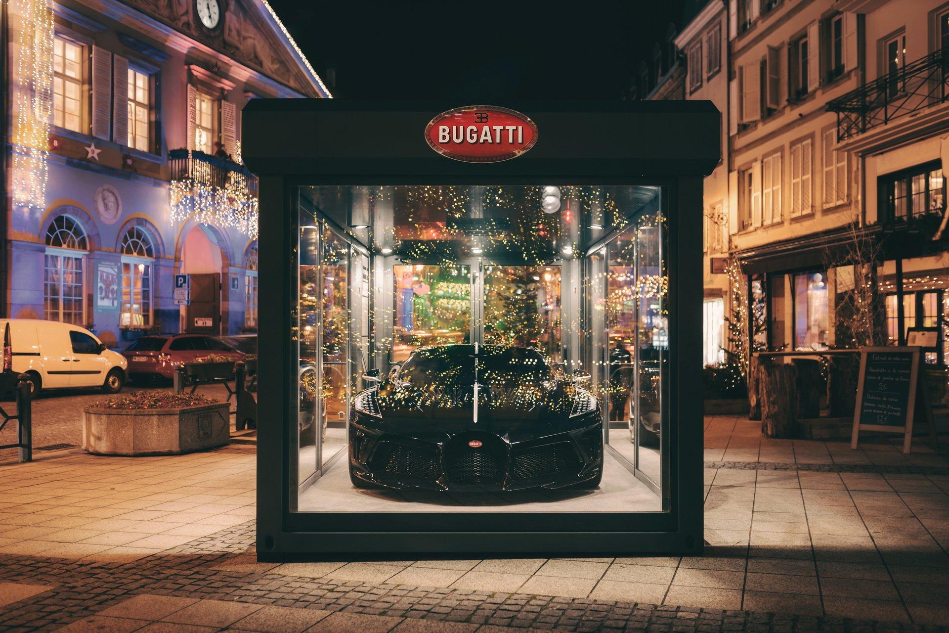 Гиперкар Bugatti La Voiture Noire стоимостью 11 миллионов евро превратили в новогоднее украшение 1