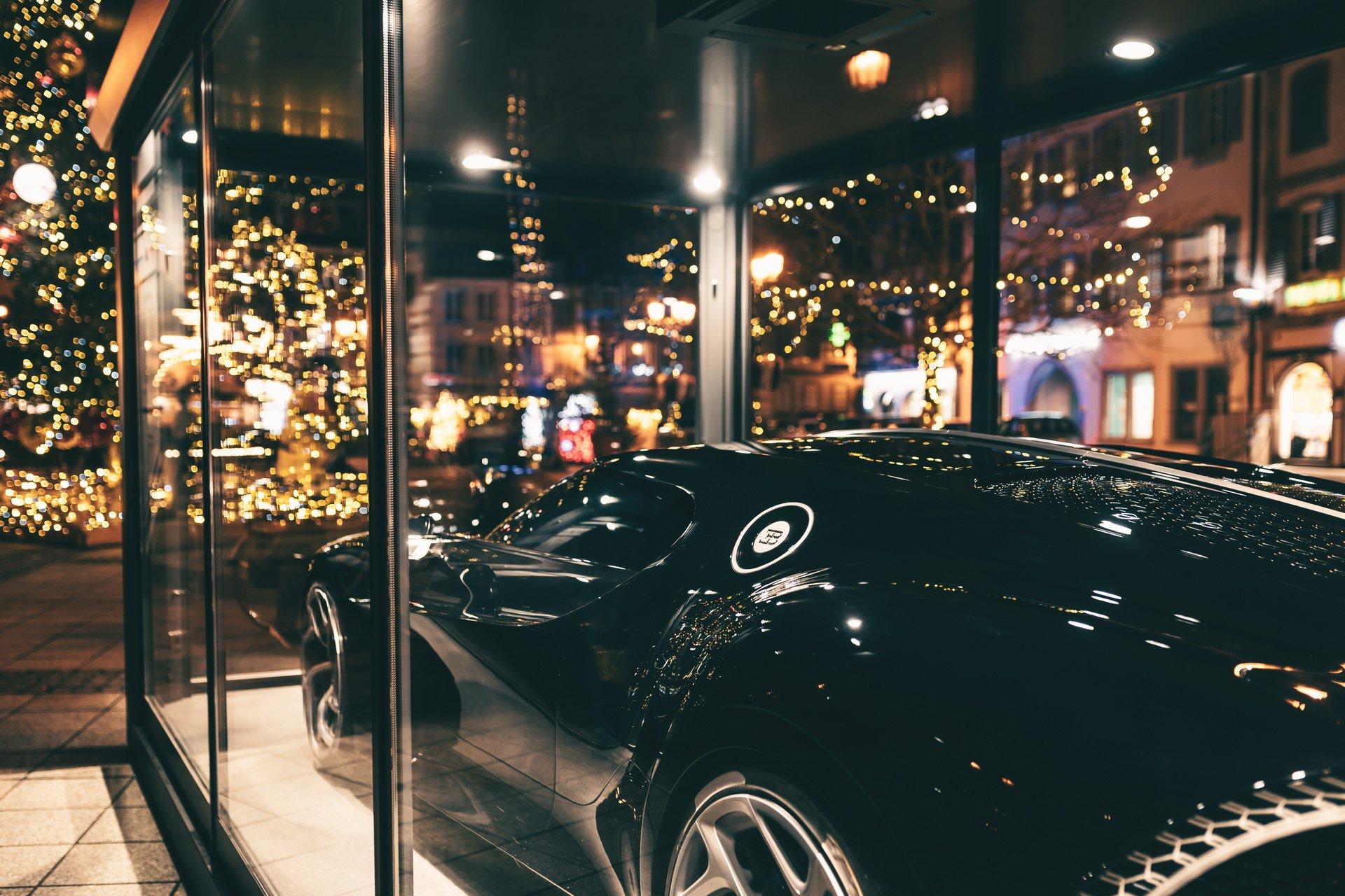 Гиперкар Bugatti La Voiture Noire стоимостью 11 миллионов евро превратили в новогоднее украшение 2