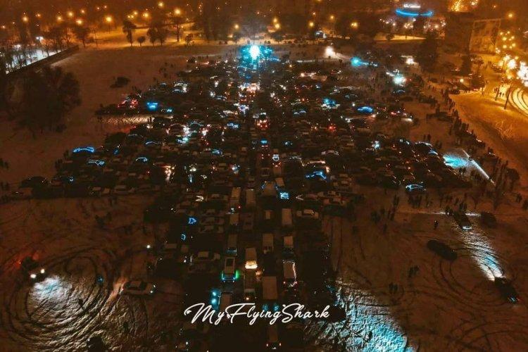В Харькове выстроили рекордную автоелку - более 1тыс. машин 1