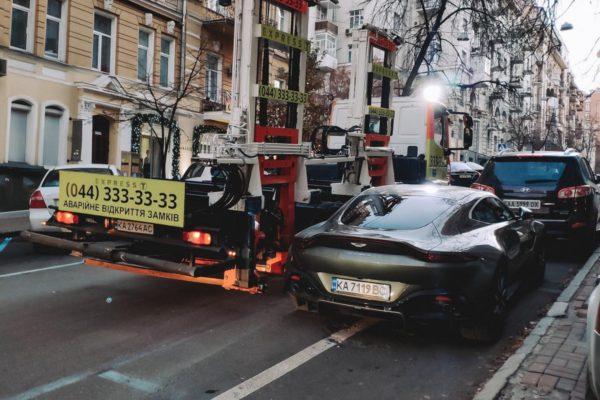 В Киеве эвакуировали дорогой суперкар Aston Martin 1