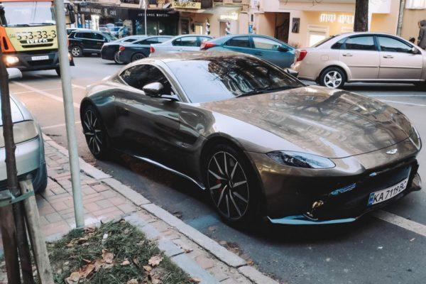 В Киеве эвакуировали дорогой суперкар Aston Martin 2