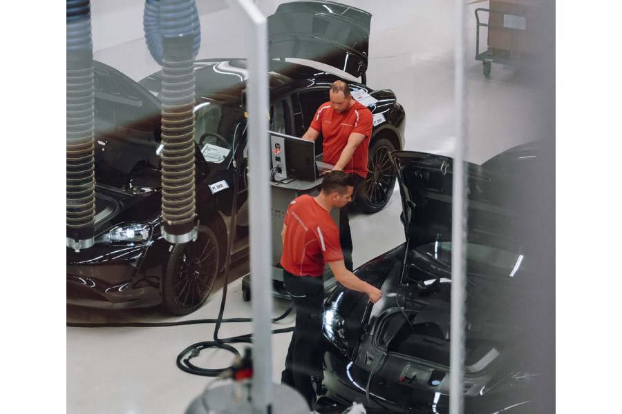 В Porsche показали, как собирают первый электромобиль марки 1