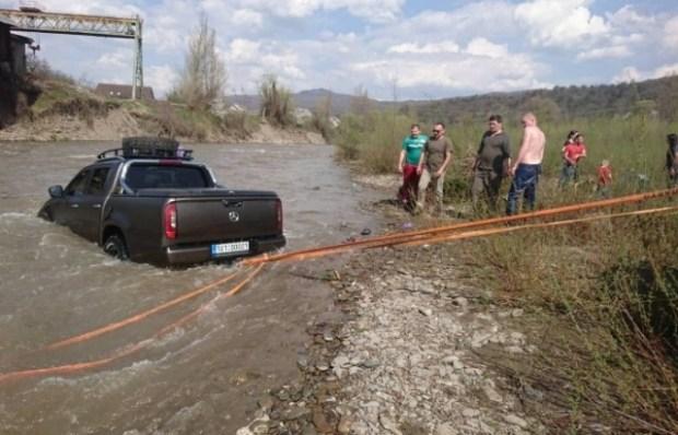 Новейший пикап Mercedes-Benz замечен в Украине, причем в реке 2