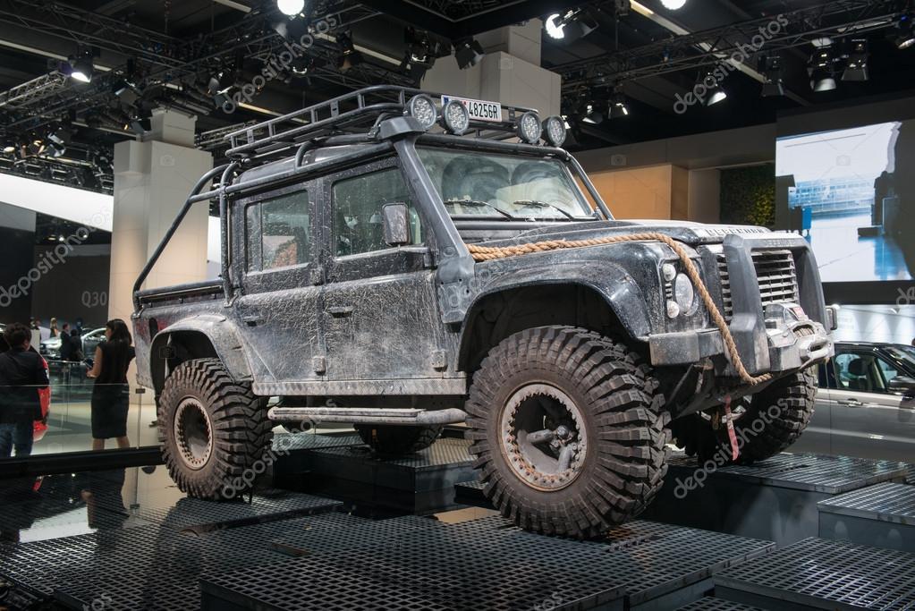 Land Rover Defender Джемса Бонда выставили на торги 1