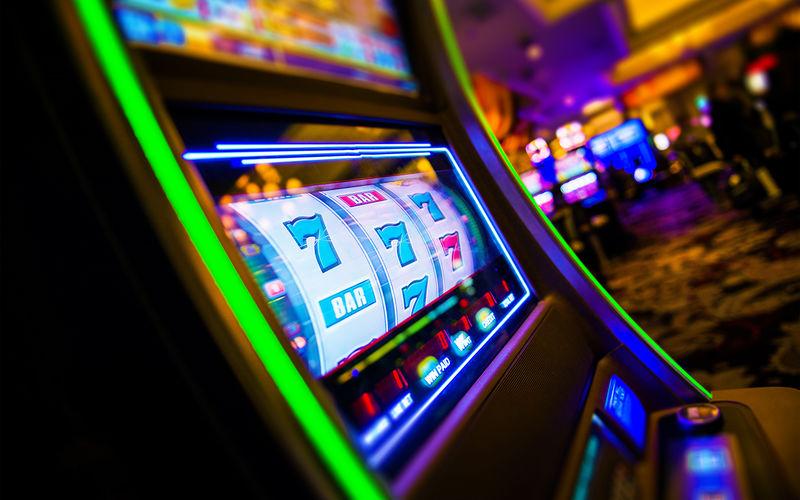«Отец» бросил дочь в заведенной машине и ушел играть в казино 1