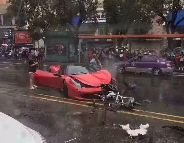 Автоледи так обрадовалась Ferrari, что разбила его 1