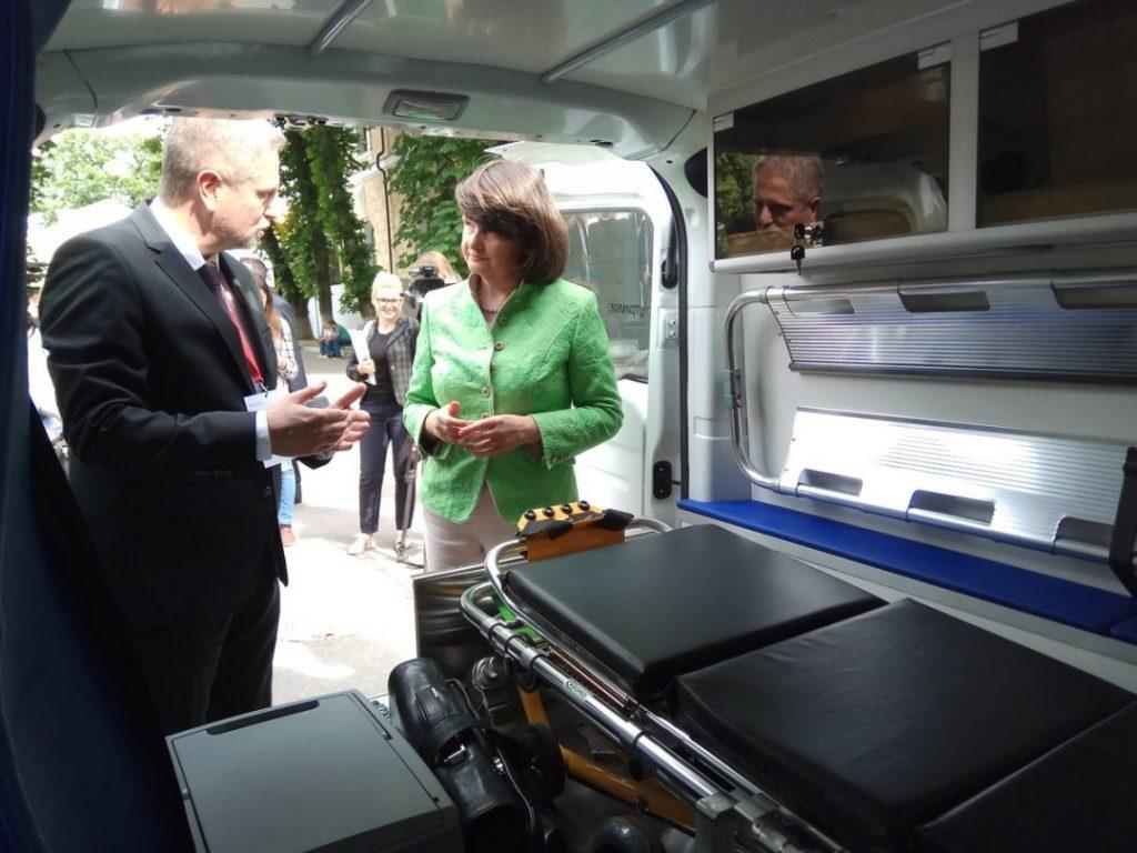 Германия подарила Украине санитарные автомобили 2