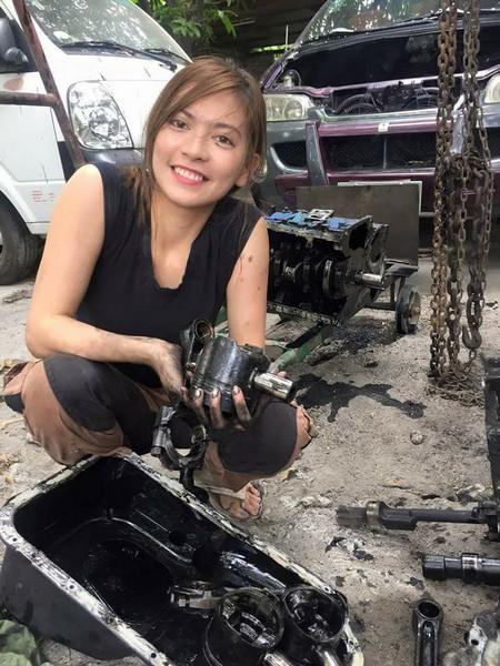 Названа самая красивая в мире девушка-автомеханик 2