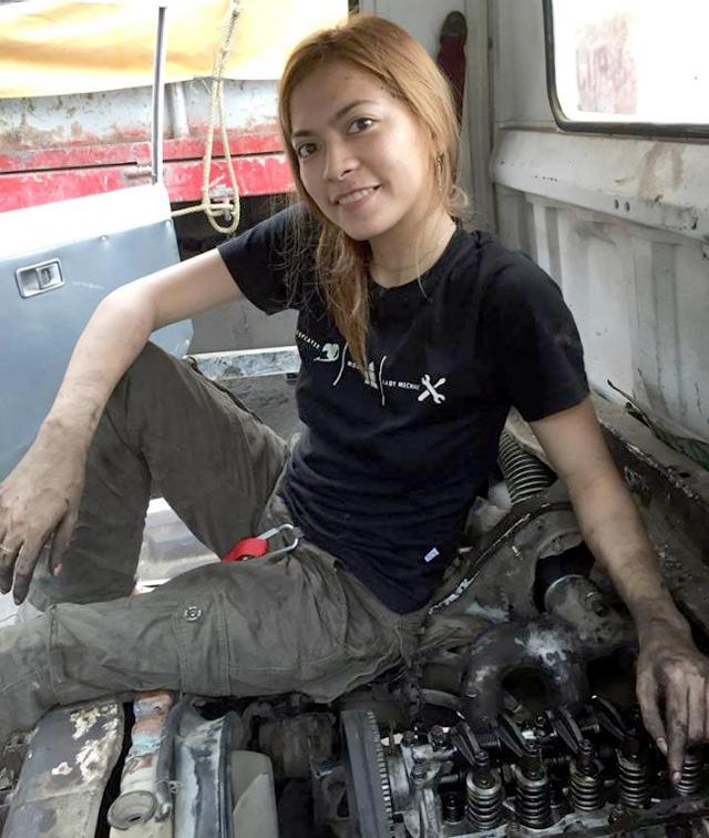 Названа самая красивая в мире девушка-автомеханик 4