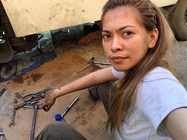Названа самая красивая в мире девушка-автомеханик 3