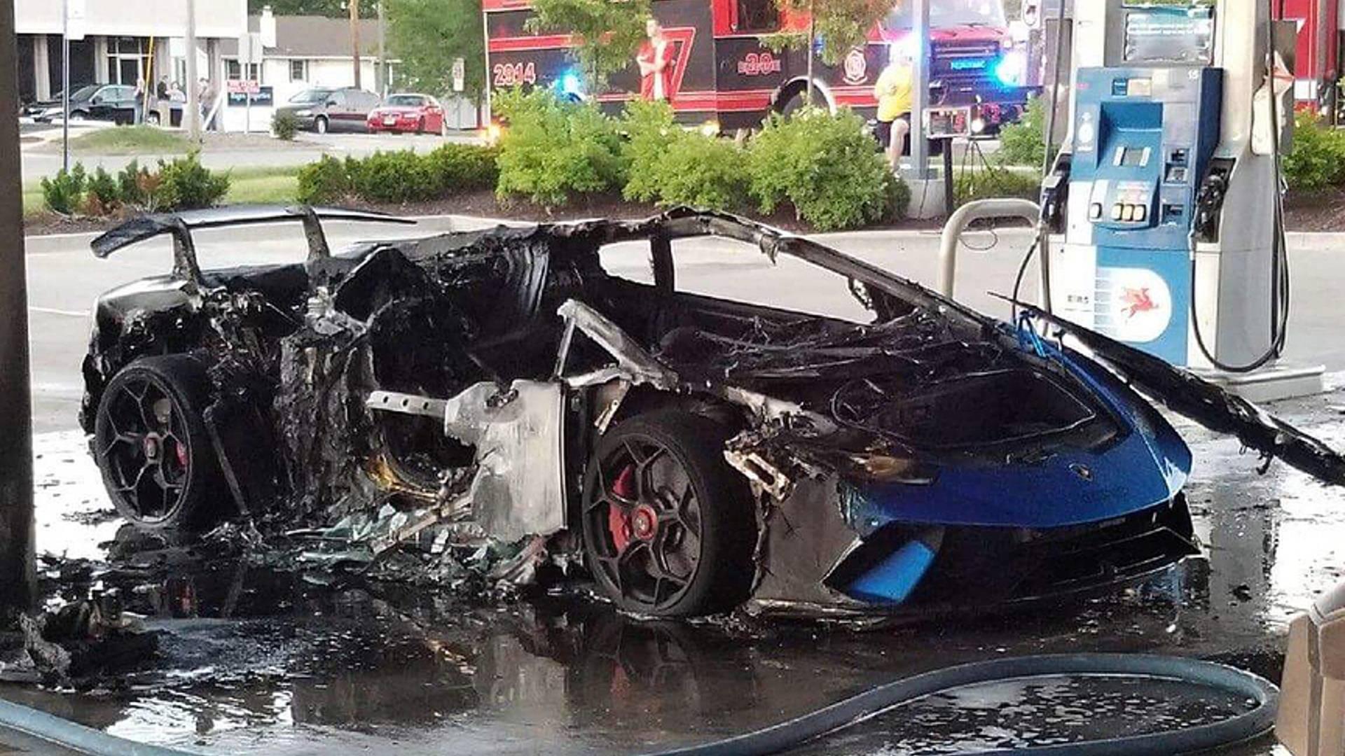 Редкий Lamborghini по глупости сожгли на заправке 2