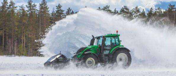Беспилотный трактор убрал снег на скорости свыше 70 километров в час 1