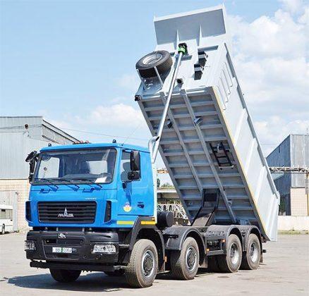 МАЗ привез в Украину новый четырехосный самосвал 1