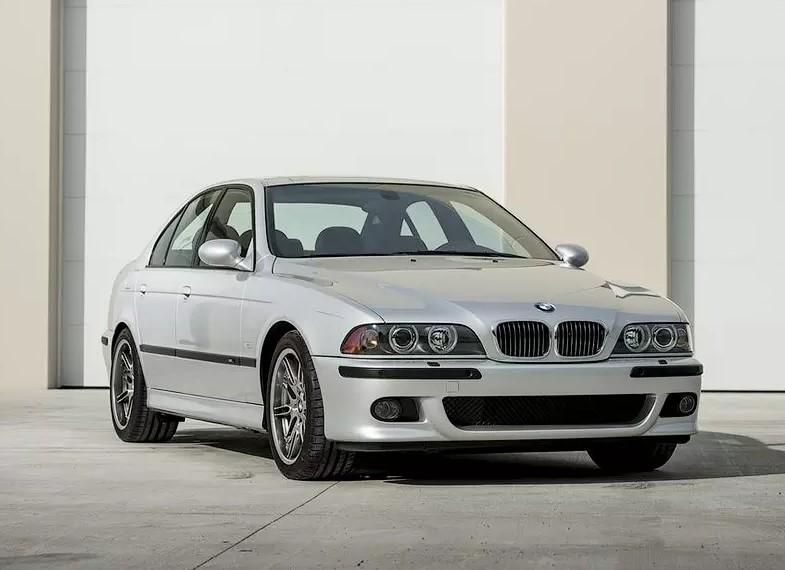 16-летняя BMW M5 почти без пробега уйдет с молотка 1