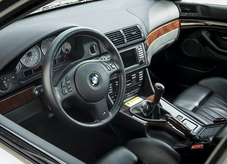 16-летняя BMW M5 почти без пробега уйдет с молотка 2