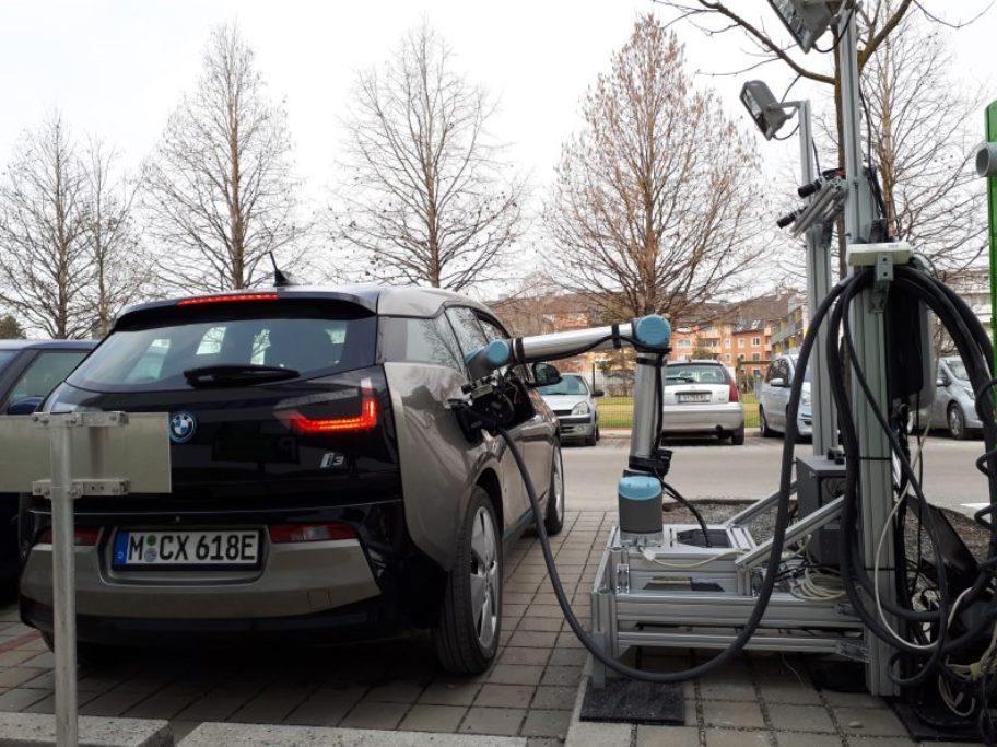 Австрийцы испытали робота-манипулятора для зарядки электрокаров 1