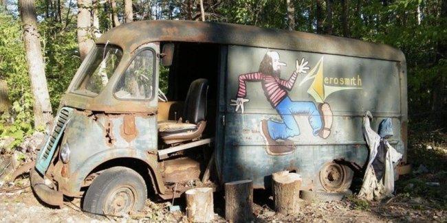 В лесу нашли гастрольный фургон группы Aerosmith 1