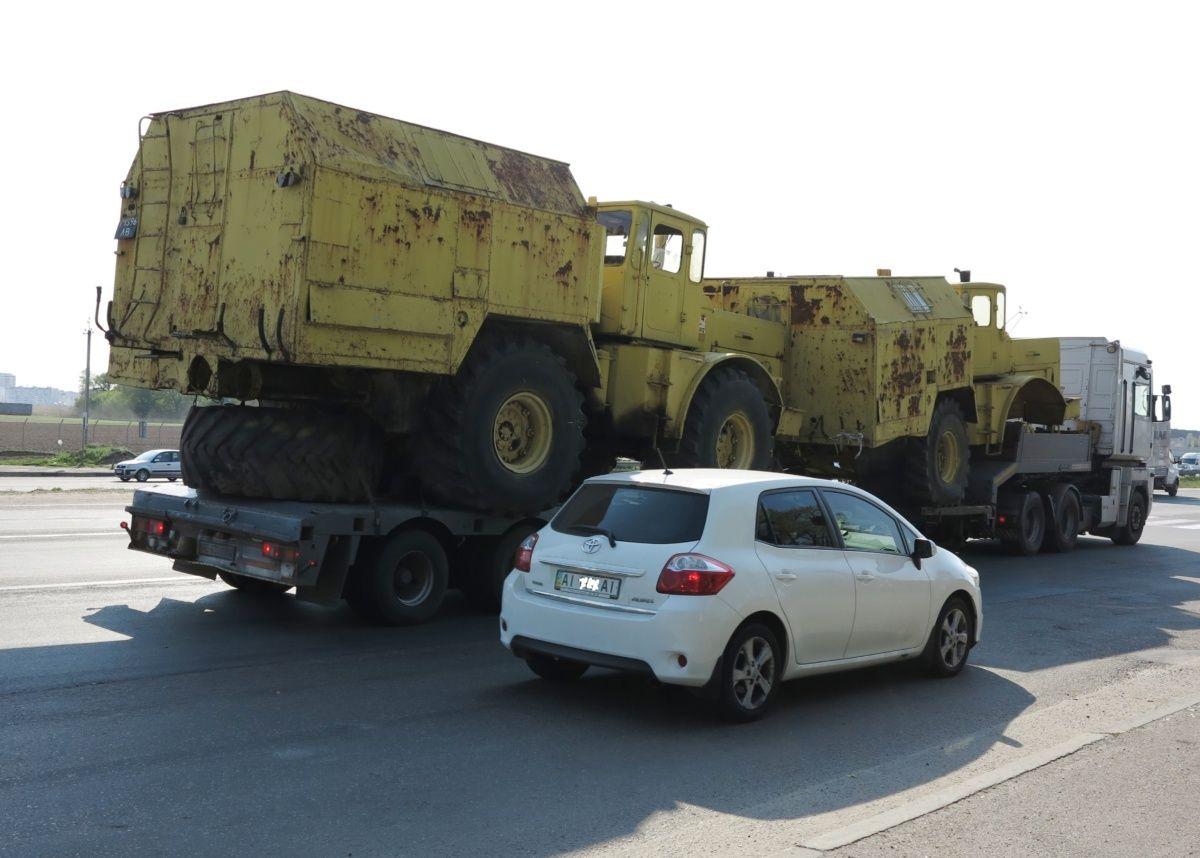 В Киеве замечена фура с редкими тракторами 1