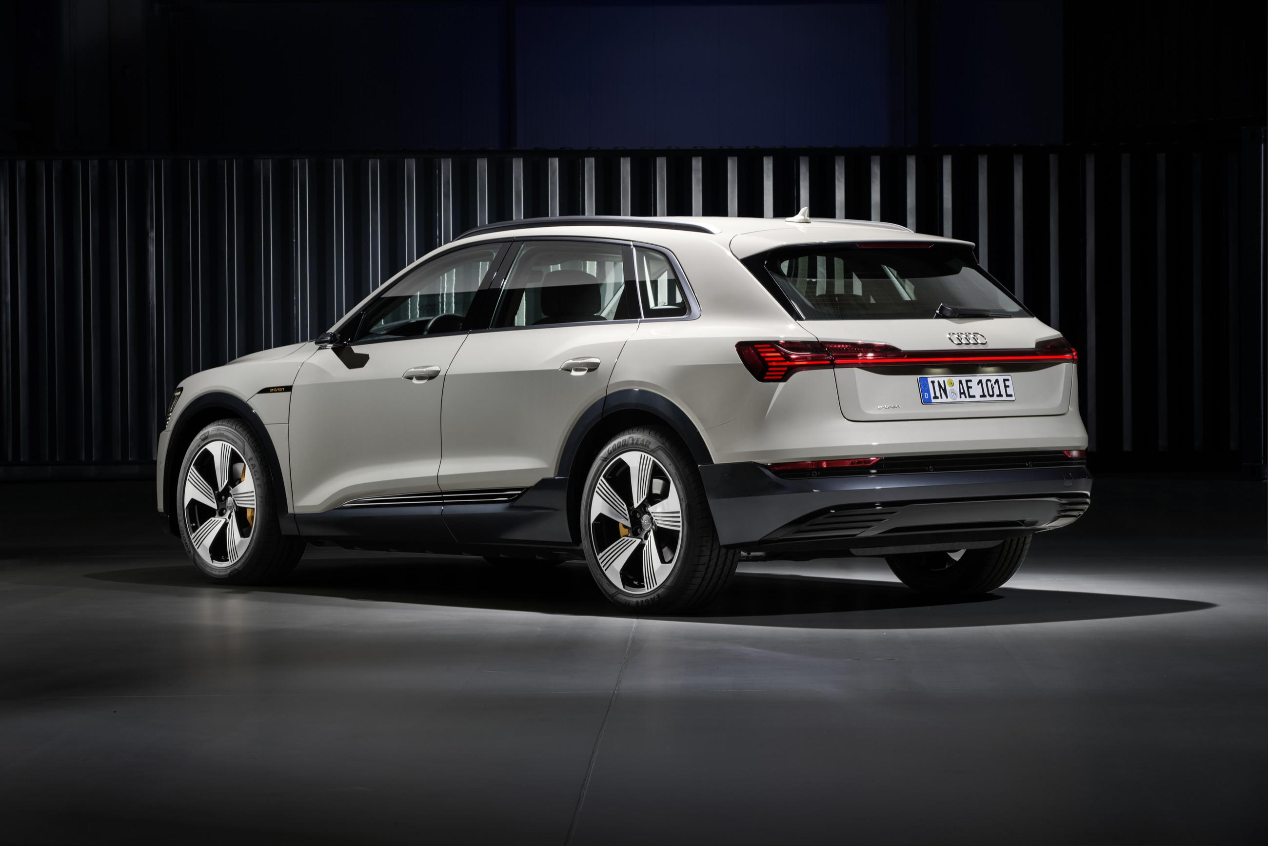 Audi полностью рассекретила кроссовер e-tron 2