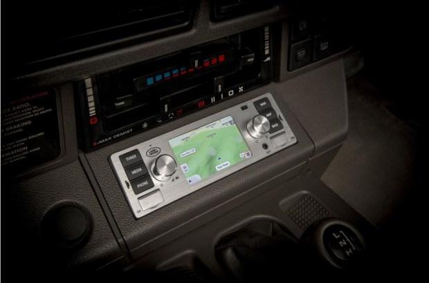 Jaguar Land Rover сделал современную «мультимедийку» для ретромоделей 1