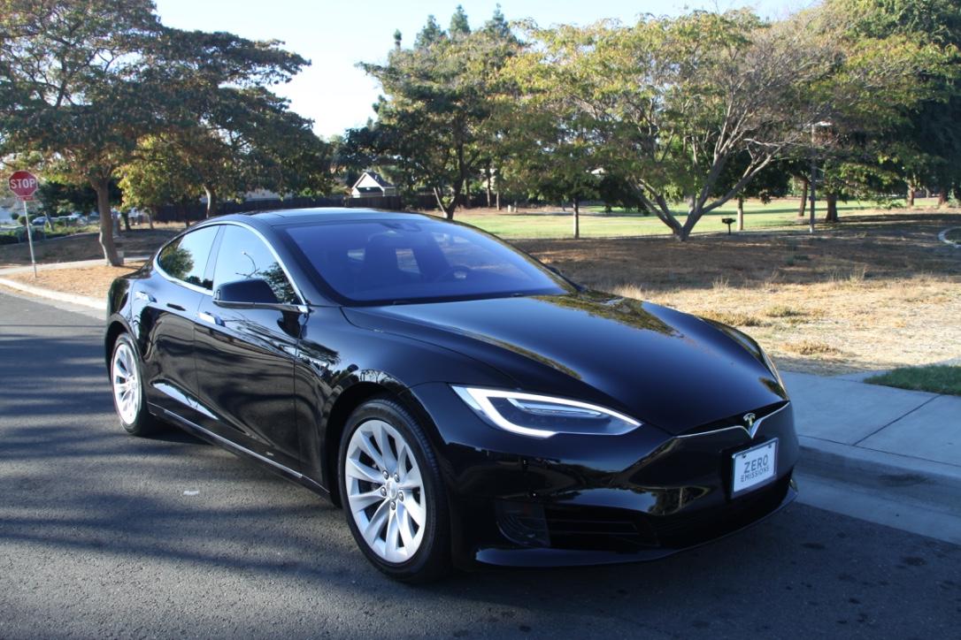 Автомобили Tesla будут выпускать в более простых цветах 1