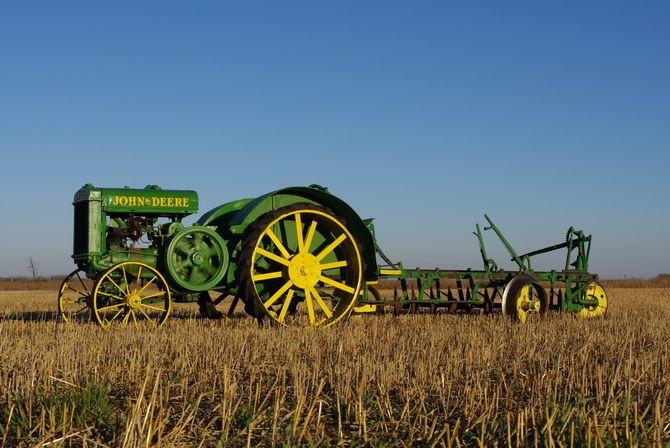 John Deere отмечает 100-летие выпуска первого трактора 3