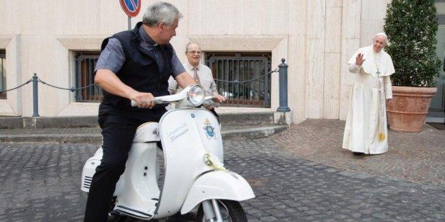 Папе Римскому подарили скутер Vespa 1